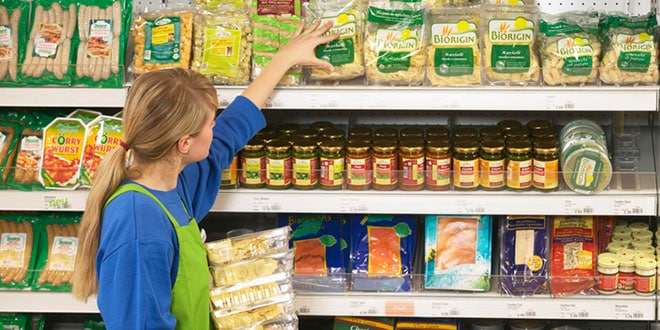 supermarkets-stocking-shelf-supermercados