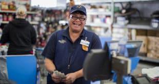 Walmart aumenta salario y beneficios de empleados