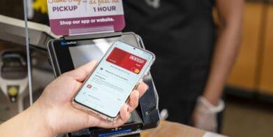 Kroger lanza programa piloto de pagos sin contacto en las tiendas QFC