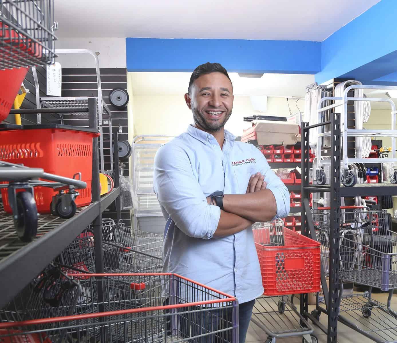 Roberto Fuenmayor, fundador de Yaras Corp. que repara carritos de compras.